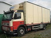 2000 VOLVO FM7 refrigerated truck