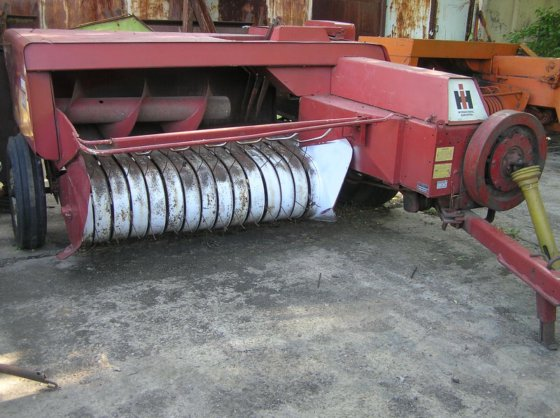 INTERNATIONAL 440 square baler in