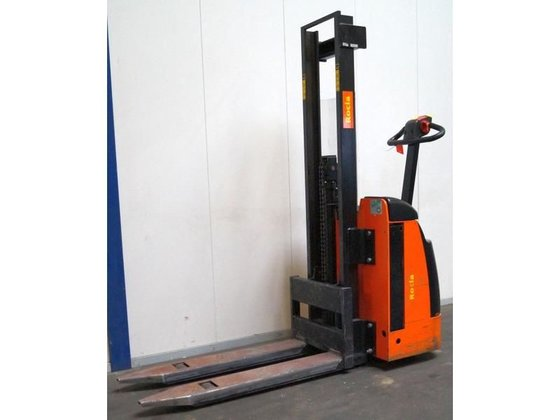 2003 SW10 pallet stacker for