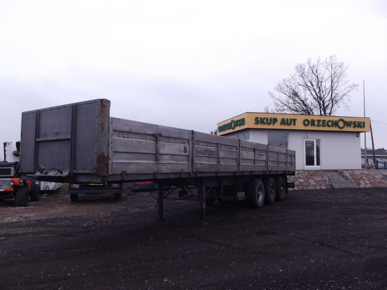 1979 FRUEHAUF flatbed semi-trailer in