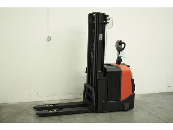 2007 BT SPE125 pallet stacker