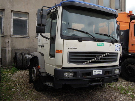 2001 VOLVO FL6 chassis truck