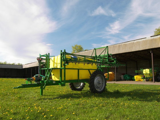 Vektor 2000-18 trailed sprayer in