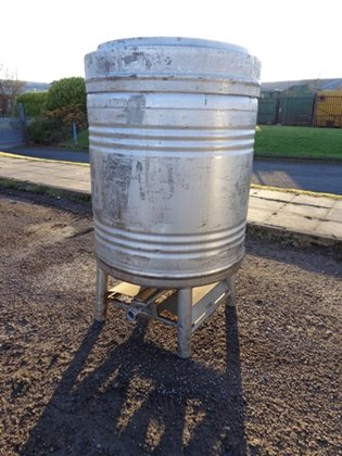APPROXIMATELY 900 LITRE CAPACITY STAINLESS