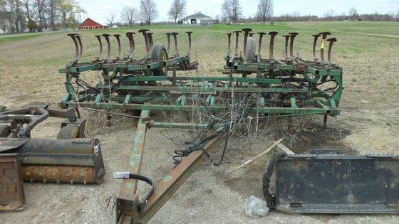 John Deere 1010 Field cultivators