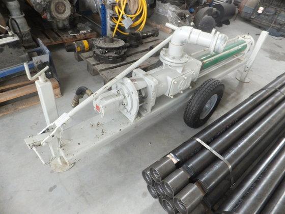 Portable screw pump hydraulically operated