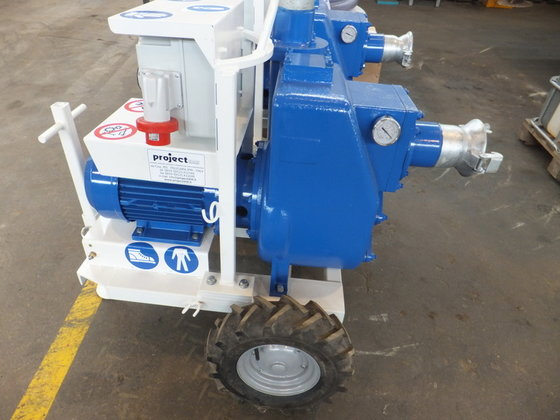 Centrifugal water and mud pump