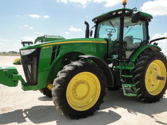 2012 John Deere 8235R in