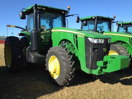 2012 John Deere 8260R in