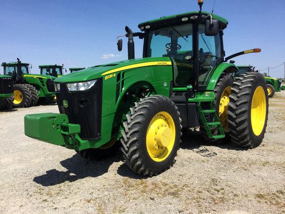 2011 John Deere 8235R in