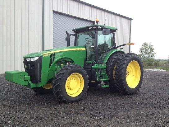 2013 John Deere 8260R in