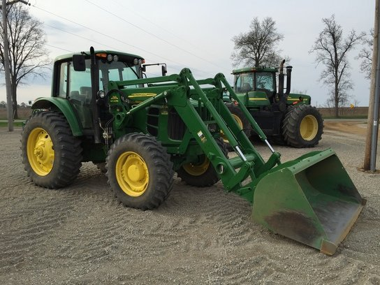 John Deere 7330 in Jonesville,