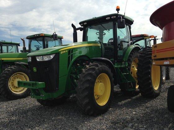 2013 John Deere 8235R in