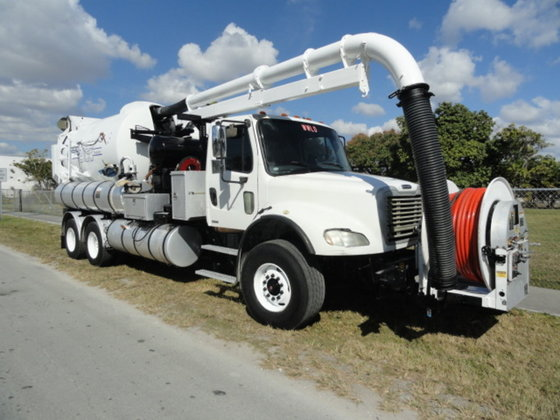 2006 Freightliner M212 in Miami,