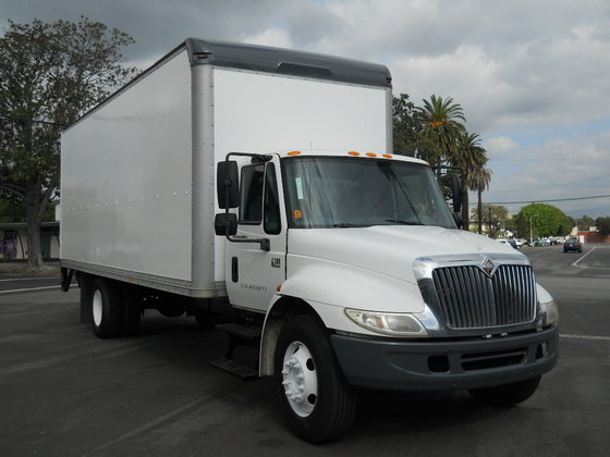 2005 INTERNATIONAL 4300 BOX TRUCK