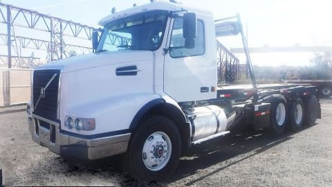 2005 VOLVO VHD ROLL OFF