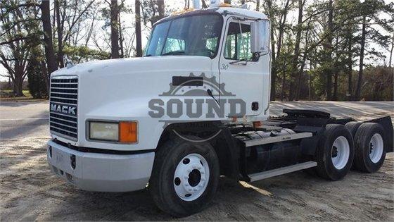 2000 MACK CH613 in Wilmington,