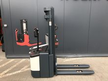 2003 CROWN pallet stacker