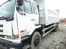 2013 NISSAN V8 dump truck