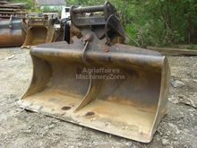 Hydraulic ditch cleaning bucket