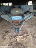 Boomerang twin bale feeder