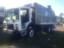 2004 mack mr688s Rear Load Garb