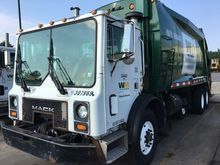2002 mack mr688s Rear Load Garb