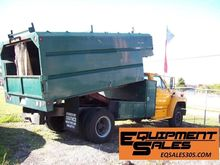 1992 FORD F700 w/Chipper Dump T