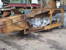 Vibrating conveyor for loading