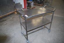 2005 TABLE AVEC PLATEAU EN INOX