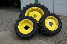 John Deere set complete wheels