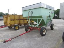 PARKER 2000 FERTILIZER SPREADER