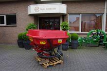 Triolite fertilizer spreader