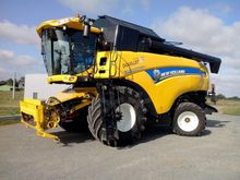 2014 New Holland CX8070 Combine