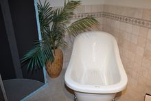 Freestanding clawfoot tub from