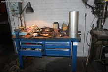 1 Metalen werkbank vv 6 laden,