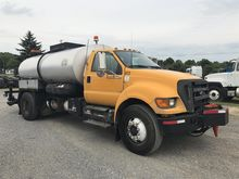 2004 FORD F700