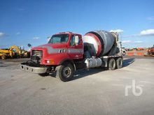 1999 STERLING L8513 T/A Mixer T