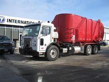 2008 PETERBILT 320 GARBAGE TRUC