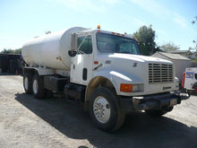 2000 INTERNATIONAL 4900 TANKER