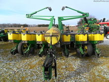 1997 John Deere 1760 Planters