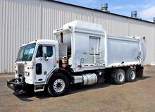 2012 PETERBILT 320 GARBAGE TRUC
